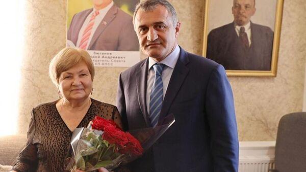 Анатолий Бибилов наградил Орденом Дружбы Асиат Кокоеву - Sputnik Южная Осетия