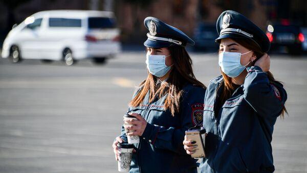 Сотрудницы полиции в медицинских масках в Ереване. - Sputnik Южная Осетия