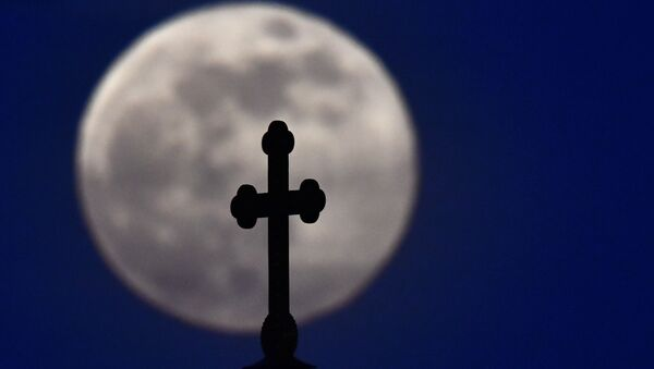 Православный крест на храме Христа Спасителя в Москве на фоне луны - Sputnik Южная Осетия
