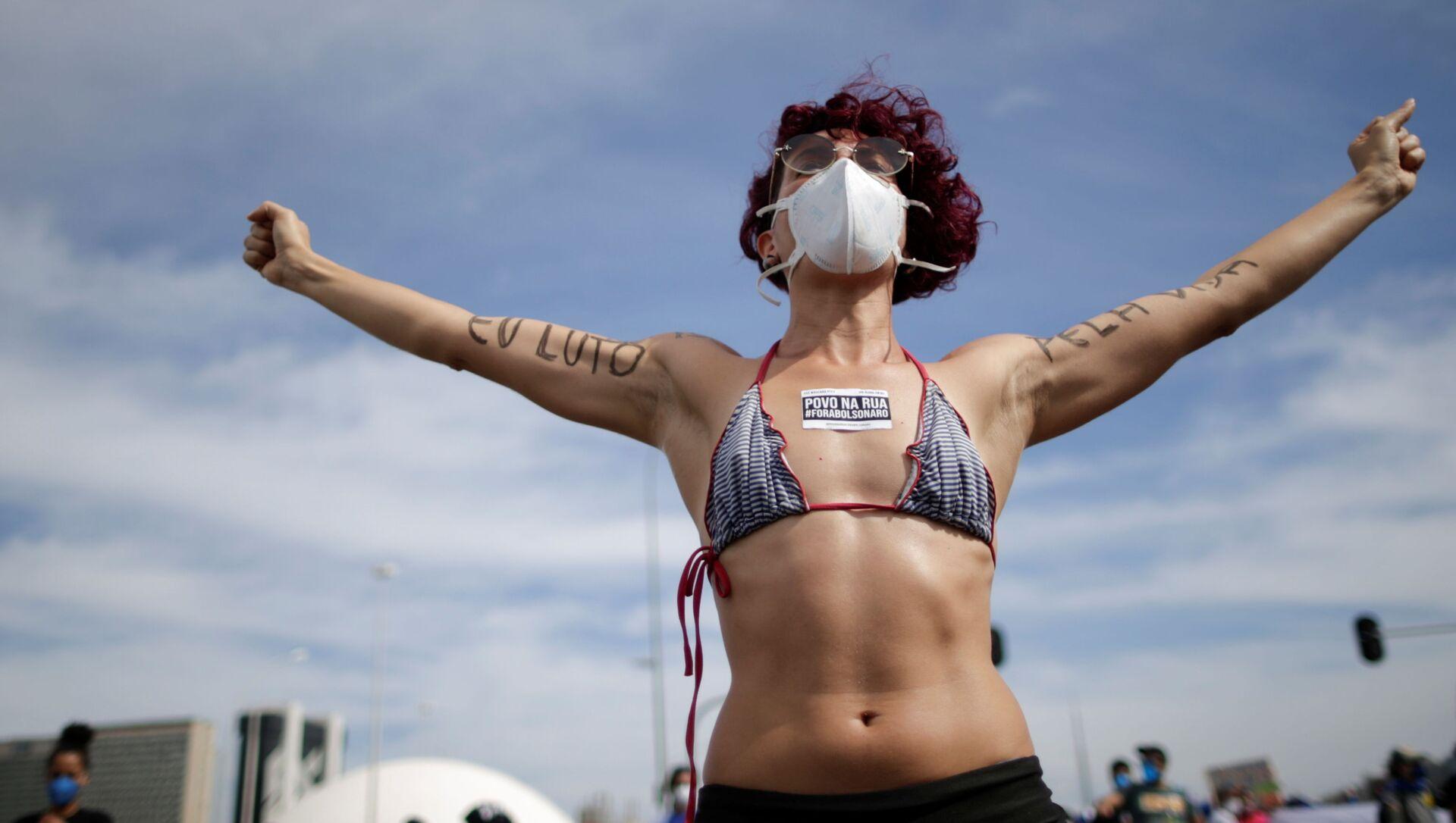 Участница антиправительственного протеста в Бразилиа, Бразилия - Sputnik Южная Осетия, 1920, 10.10.2021