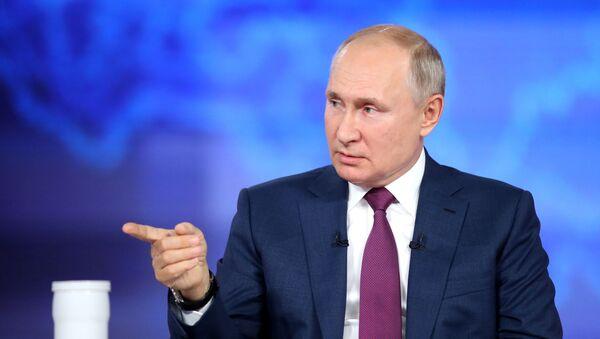 Президент РФ Владимир Путин отвечает на вопросы россиян во время программы Прямая линия  - Sputnik Южная Осетия