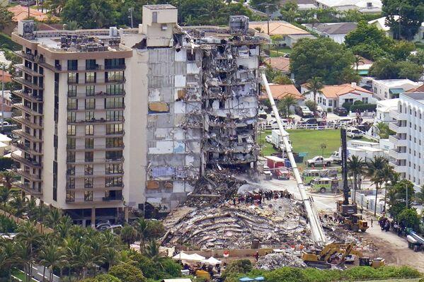 Рабочие обыскивают завалы здания в Серфсайде, штат Флорида - Sputnik Южная Осетия