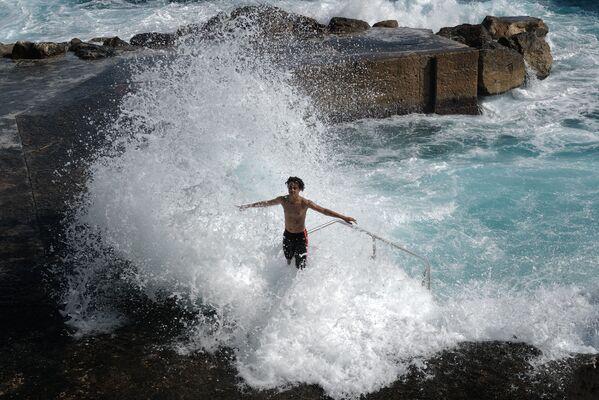 Парень играет с волнами Средиземного моря в Ницце - Sputnik Южная Осетия