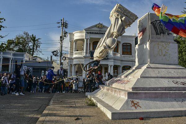 Протестанты сносят памятник Колумбу в Барранкилья, Колумбия - Sputnik Южная Осетия