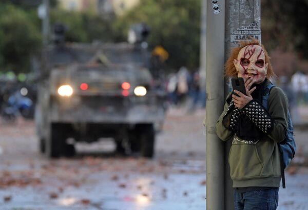 Демонстрант в маске во время акции протеста против правительства Колумбии - Sputnik Южная Осетия