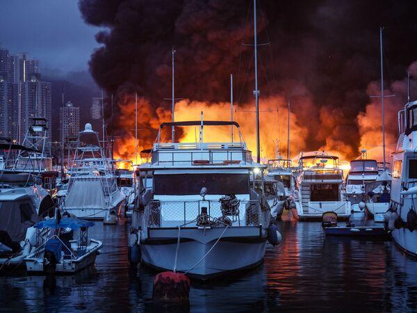 Пожар на пристани в Гонконге, охвативший более десятка судов, использовавшихся в качестве постоянного жилья - Sputnik Южная Осетия