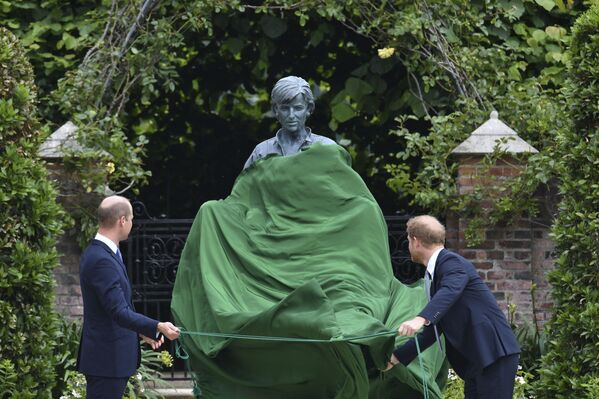Принц Уильям и принц Гарри открывают памятник своей матери принцессе Диане в саду Кенсингтонского дворца в Лондоне - Sputnik Южная Осетия