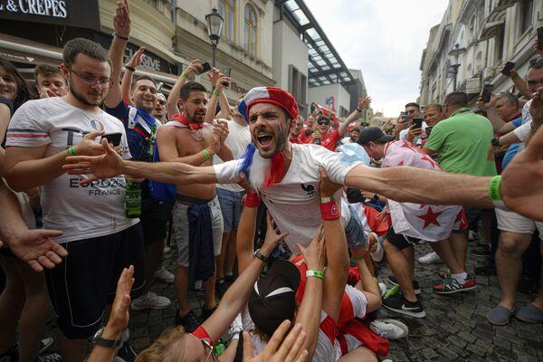 Болельщики Франции перед матчем 1/8 финала чемпионата Европы по футболу 2020 между Францией и Швейцарией в старом районе Бухареста, Румыния - Sputnik Южная Осетия