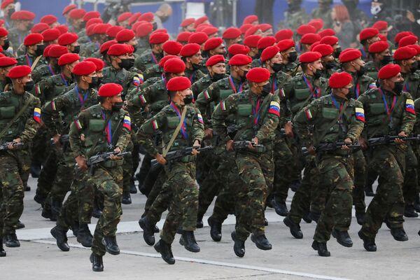 Солдаты на военном параде в честь Дня независимости Венесуэлы в Каракасе  - Sputnik Южная Осетия