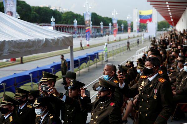 Боливарианская национальная гвардия на военном параде в честь Дня независимости Венесуэлы в Каракасе  - Sputnik Южная Осетия
