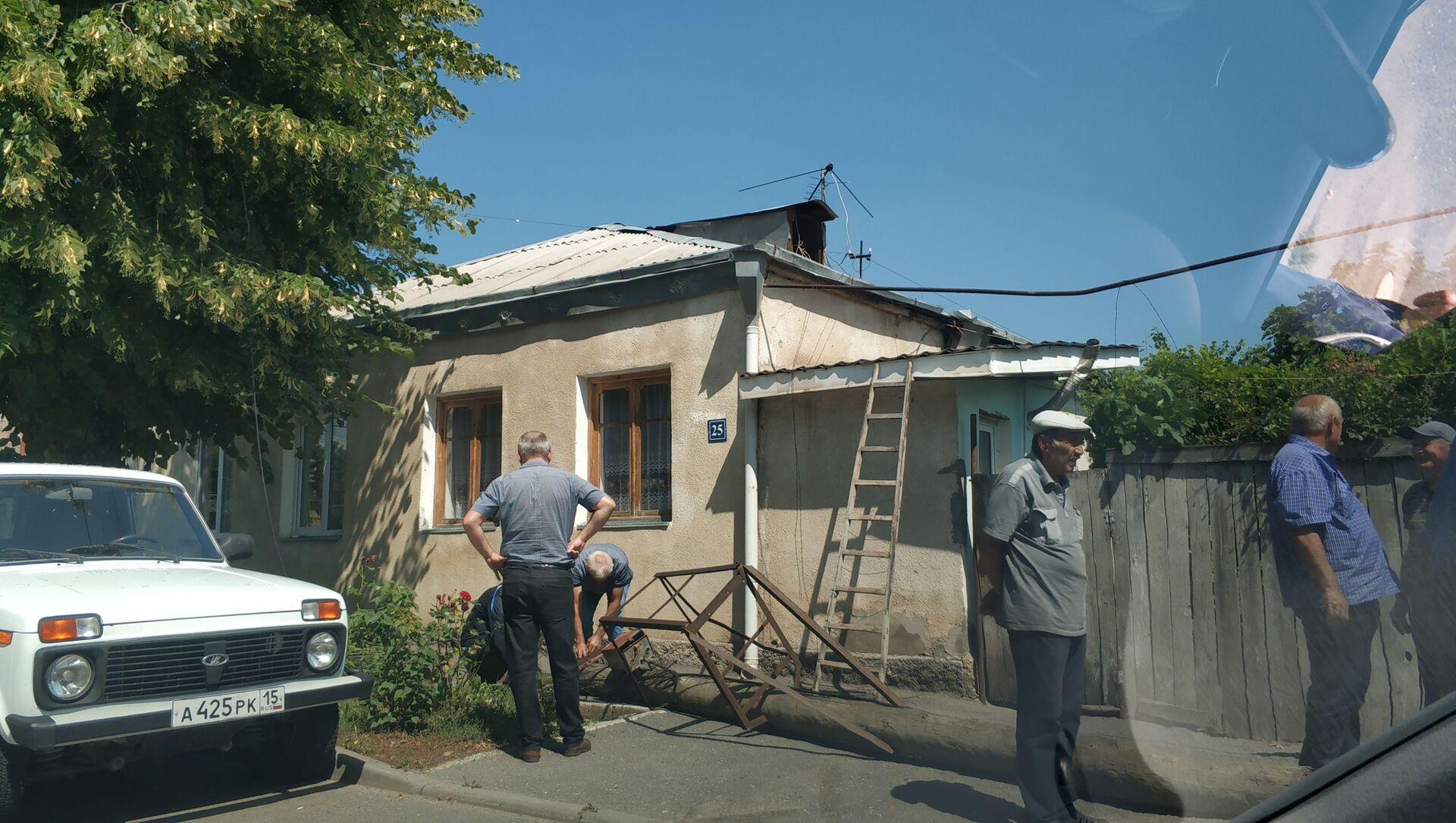 В Цхинвале шквалистый ветер повалил деревья и столбы  - Sputnik Южная Осетия, 1920, 14.07.2021