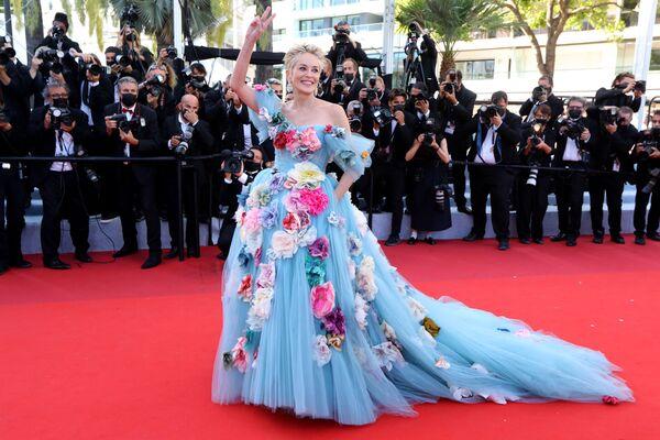 Шерон Стоун поразила поклонников образом принцессы. На премьеру фильма История моей жены актриса пришла в усыпанном цветами голубом платье с пышной юбкой. - Sputnik Южная Осетия