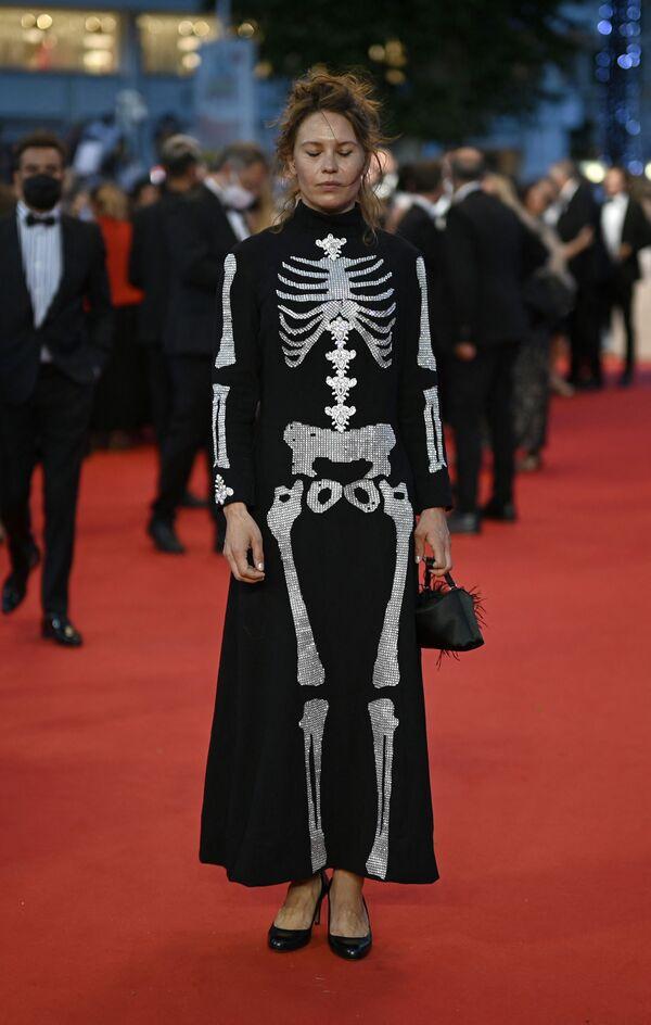 Платье-скелет финской актрисы Сейди Хаарлы могло бы претендовать на звание самого необычного. Memento mori, как говорится. - Sputnik Южная Осетия