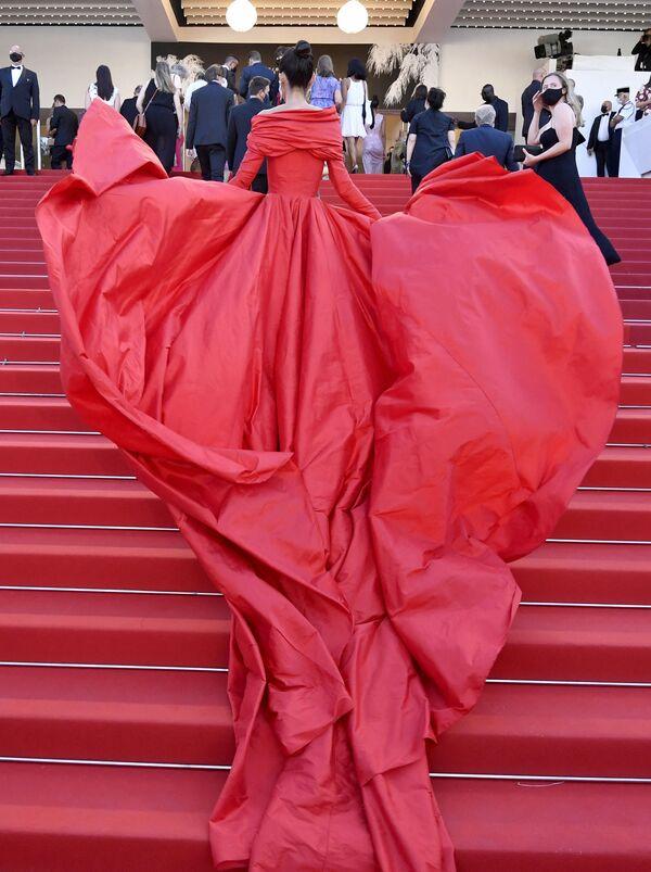 Кажется, модель Марта Лозано, выбирая наряд для фестиваля, вознамерилась затмить саму красную дорожку. Длиннющий шлейф ее костюма казался продолжением Каннской лестницы и увлекал за собой. - Sputnik Южная Осетия