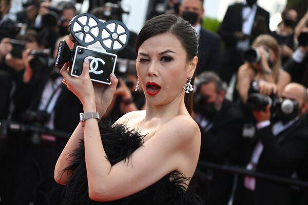 Гостья 74-го Каннского кинофестиваля с сумочкой Chanel в виде кинокамеры - Sputnik Южная Осетия