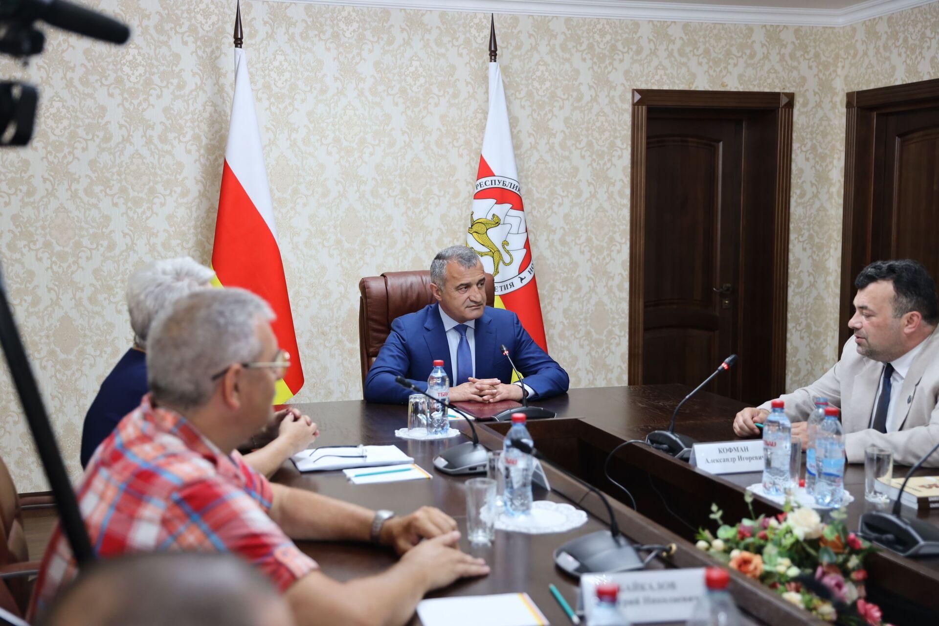 Будем развивать связи с Южной Осетией: Цхинвал посетила делегация писателей из ДНР - Sputnik Южная Осетия, 1920, 19.07.2021