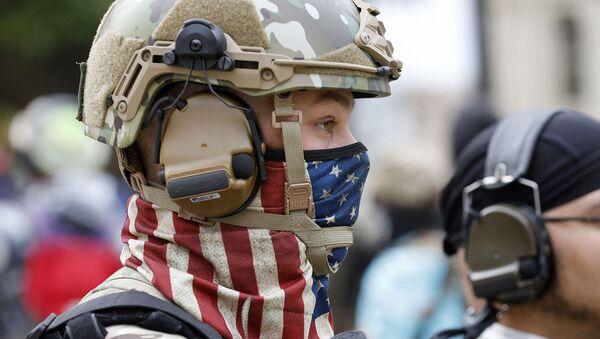 Американский военнослужащий в маске в виде американского флага - Sputnik Южная Осетия