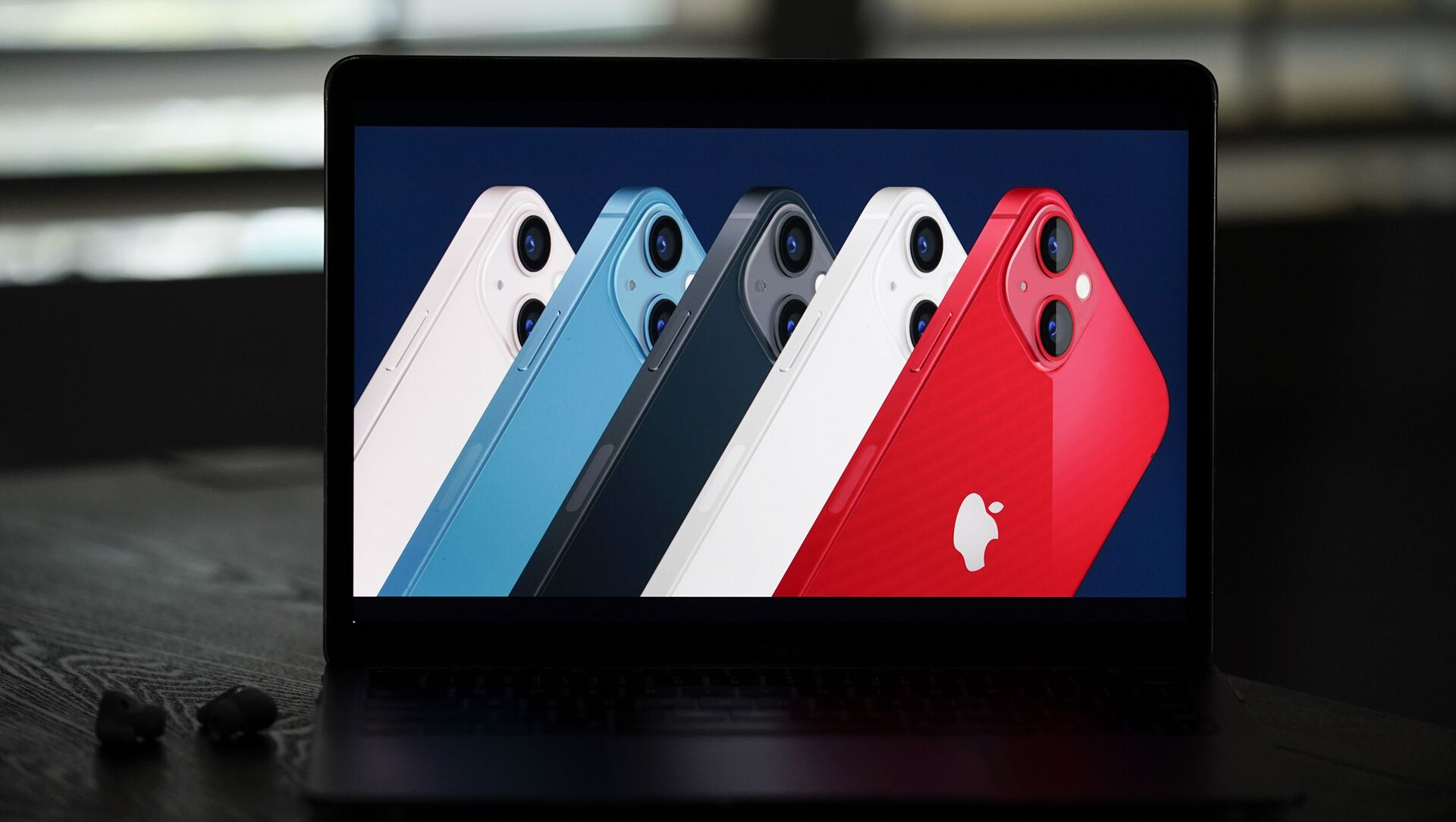 Новые смартфоны iPhone 13 на экране ноутбука - Sputnik Южная Осетия, 1920, 03.10.2021