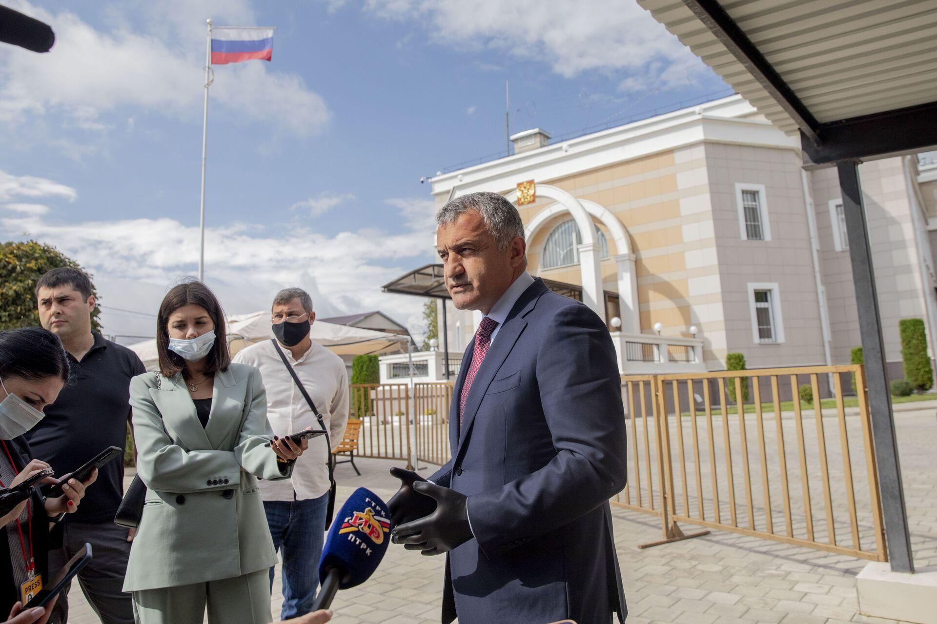 Президент Южной Осетии проголосовал на выборах в Госдуму РФ - Sputnik Южная Осетия, 1920, 26.10.2021