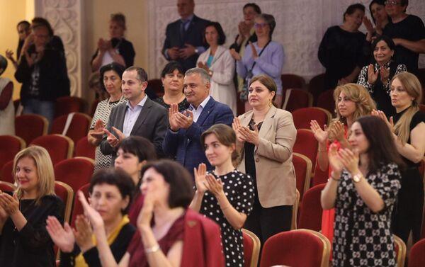 Зрители аплодируют артистам  Северо-Осетинского академического театра им. Тхапсаева  - Sputnik Южная Осетия