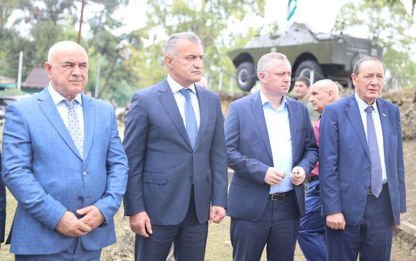 Президент Анатолий Бибилов возложил цветы к памятнику югоосетинским добровольцам в Абхазии - Sputnik Южная Осетия