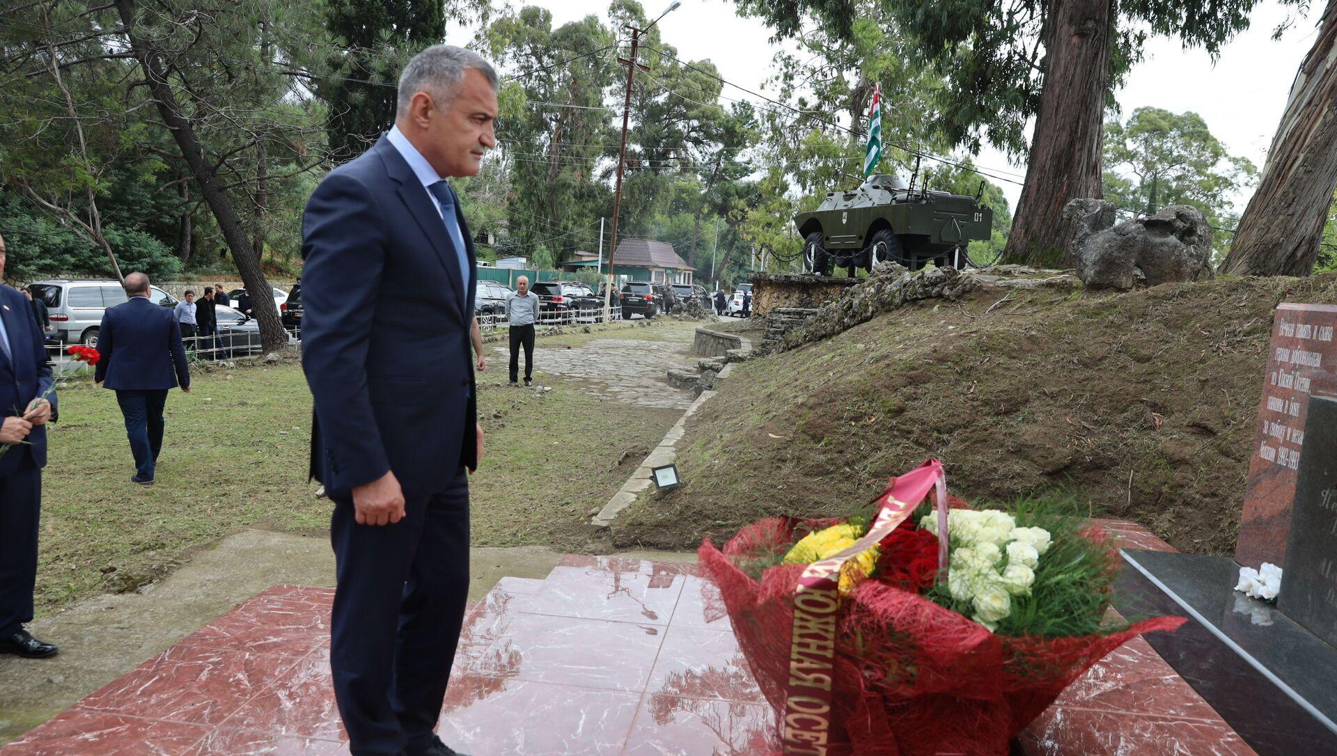 Президент Анатолий Бибилов возложил цветы к памятнику югоосетинским добровольцам в Абхазии - Sputnik Южная Осетия, 1920, 27.09.2021