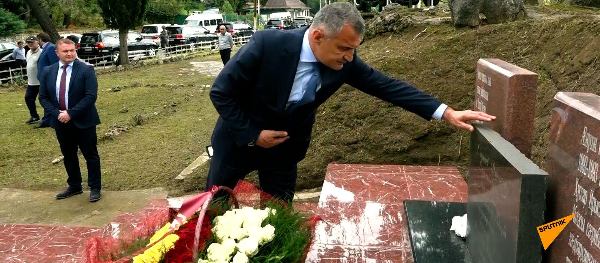 Встреча на границе и дань памяти добровольцам: как начался визит Бибилова в Абхазию – видео - Sputnik Южная Осетия, 1920, 27.09.2021