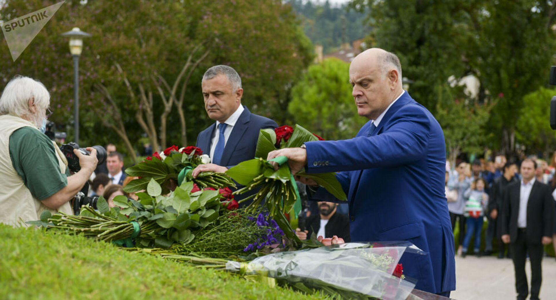 Аслан Бжания и Анатолий Бибилов возложили цветы к мемориалу в Парке Славы - Sputnik Южная Осетия, 1920, 26.10.2021