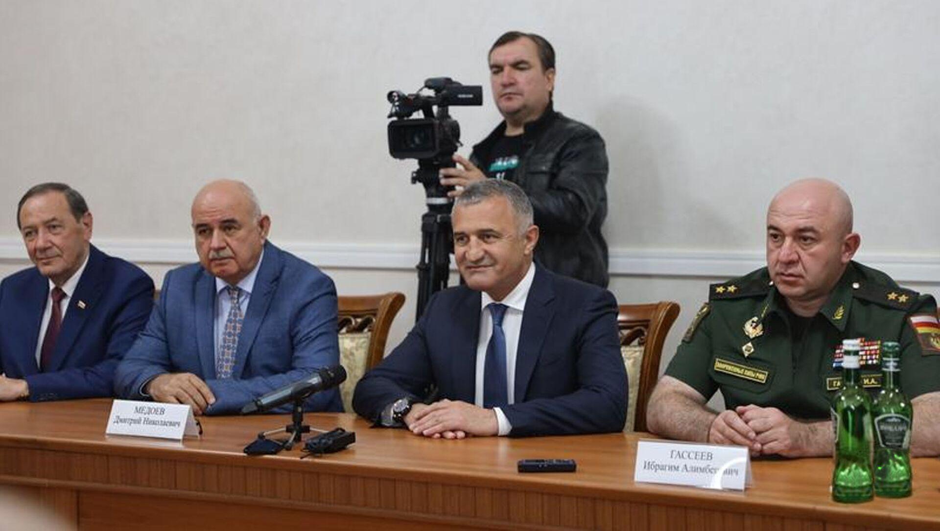 Анатолий Бибилов и  Аслан Бжания обсудили вопросы сотрудничества - Sputnik Южная Осетия, 1920, 30.09.2021