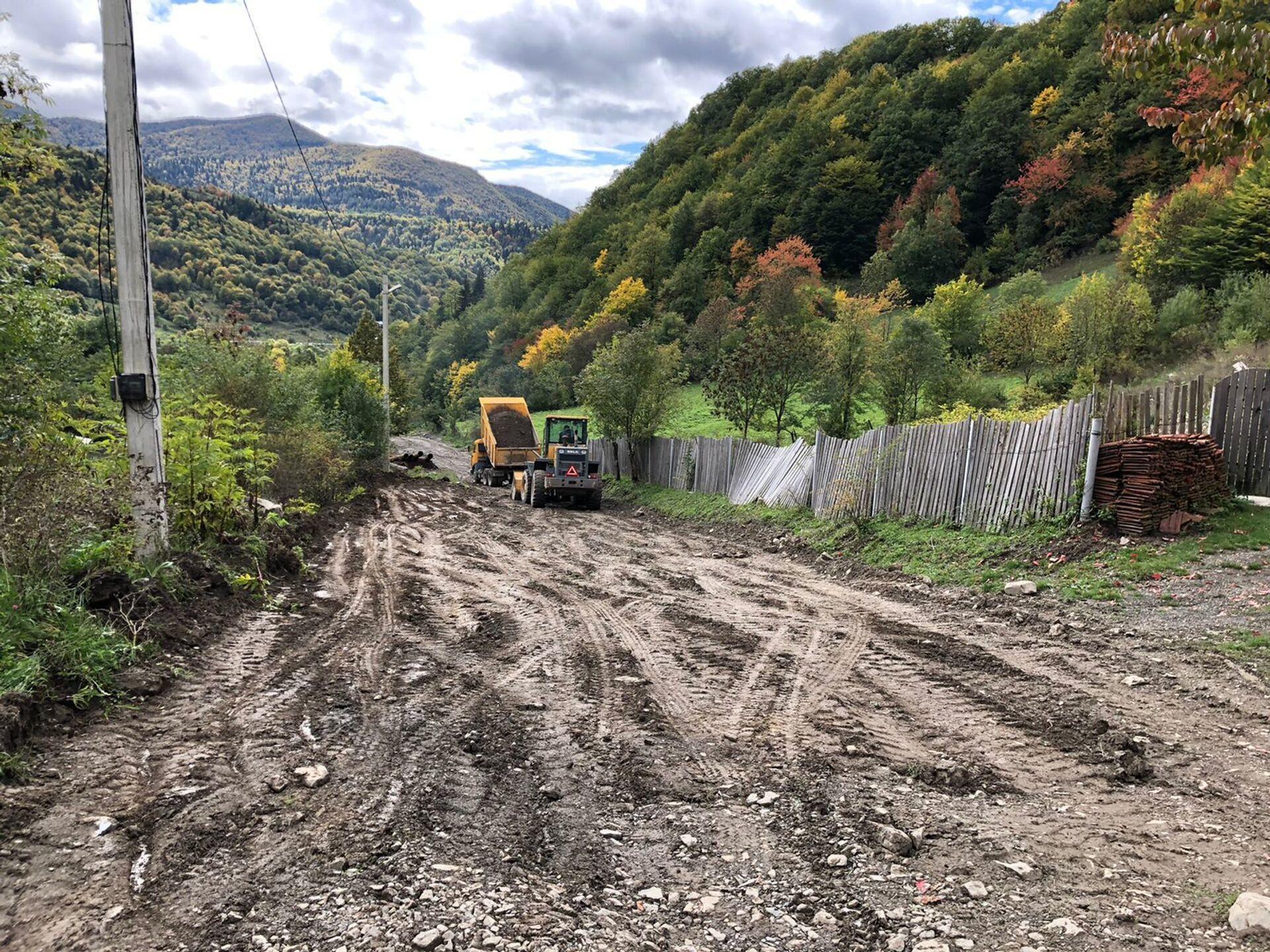 Дорожники ремонтируют в село Борджнис дорогу  - Sputnik Южная Осетия, 1920, 26.10.2021