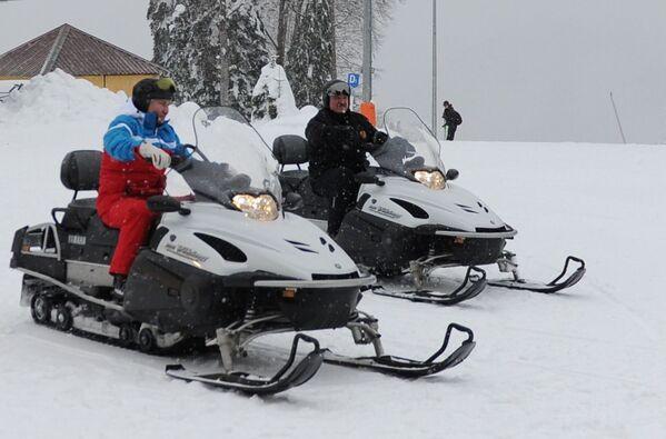 22 февраля 2021. Президент РФ Владимир Путин и президент Белоруссии Александр Лукашенко (справа) во время катания на снегоходах. - Sputnik Южная Осетия