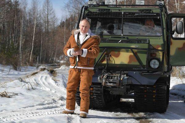 21 марта 2021. Президент РФ Владимир Путин во время прогулки в тайге. - Sputnik Южная Осетия