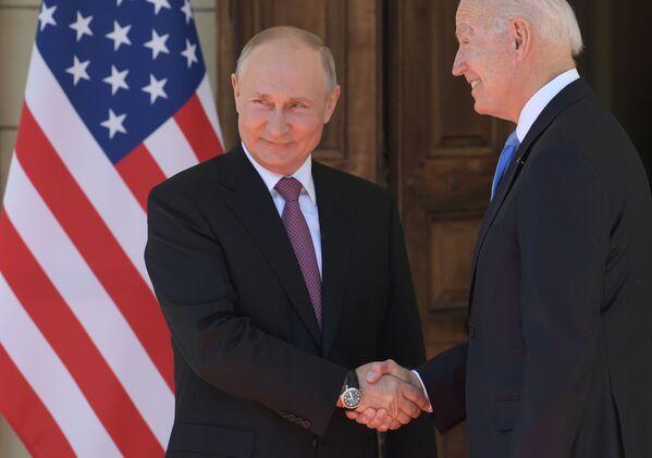16 июня 2021. Президент РФ Владимир Путин и президент США Джо Байден (справа) во время встречи в Женеве на вилле Ла Гранж.  - Sputnik Южная Осетия