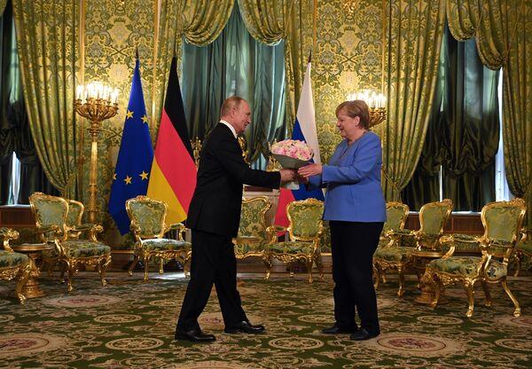 20 августа 2021. Президент РФ Владимир Путин и федеральный канцлер Германии Ангела Меркель во время встречи. - Sputnik Южная Осетия