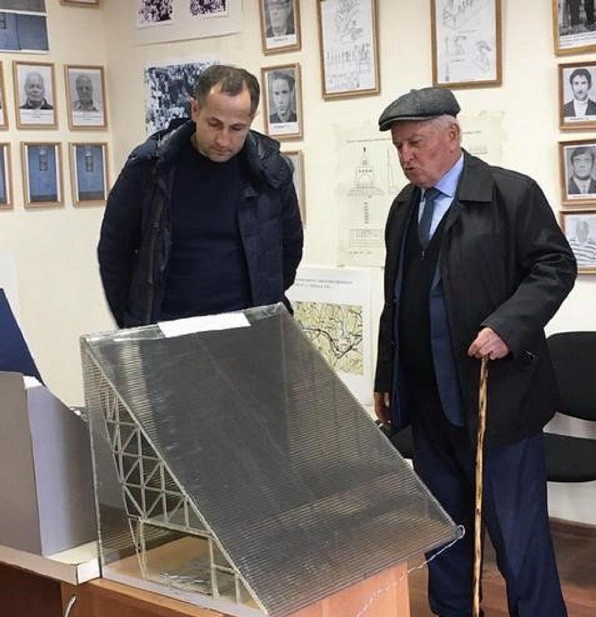 Премьер-министр РЮО Геннадий Бекоев (слева) и проректор СКГМИ Тимур Гудиев в музее Транскама - Sputnik Хуссар Ирыстон, 1920, 26.10.2021