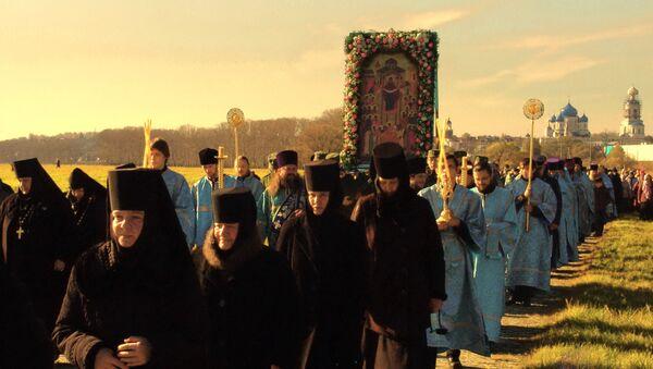 Крестный ход по Боголюбовскому лугу в честь престольного праздник Покрова Пресвятой Богородицы. - Sputnik Южная Осетия