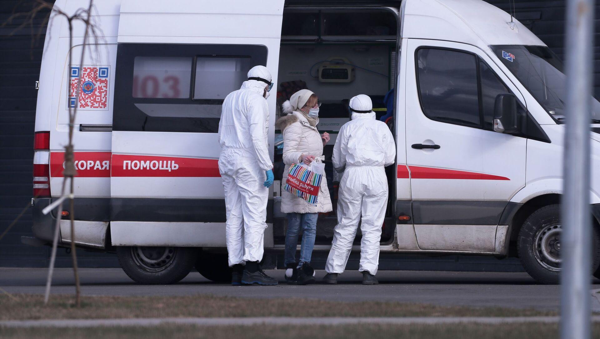 Врачи скорой медицинской помощи доставили пациента с подозрением на коронавирус в больницу в Коммунарке - Sputnik Южная Осетия, 1920, 09.10.2021