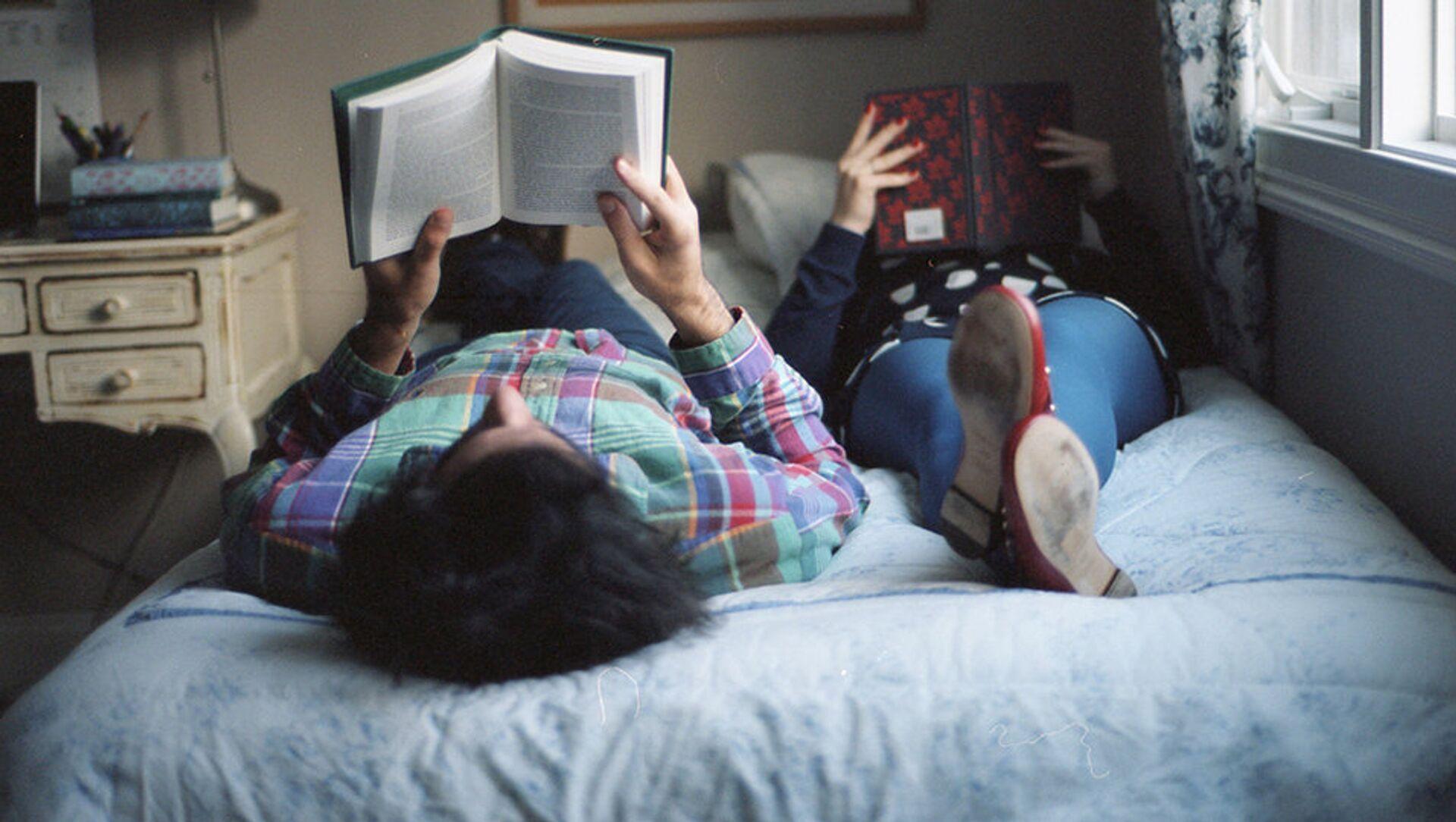 Парень и девушка читают книгу - Sputnik Южная Осетия, 1920, 14.07.2021