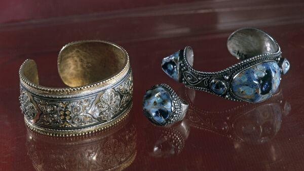Браслет серебряный, позолоченный, украшенный чернью и филигранью. Браслет и перстень со вставкой глазурованной керамики. - Sputnik Южная Осетия