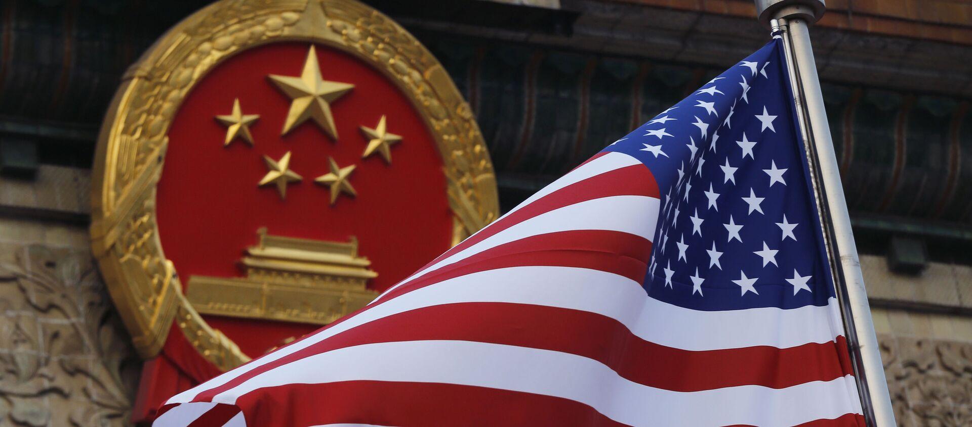 Флаг США на фоне эмблемы Китая в Пекине. Архивное фото - Sputnik Южная Осетия, 1920, 30.03.2021