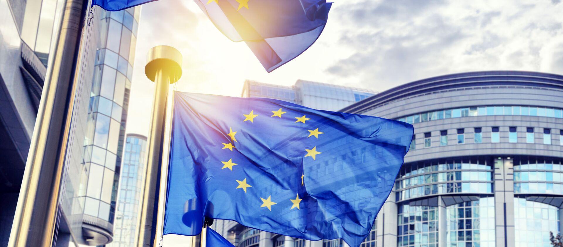 Флаги Евросоюза перед зданием Еврокомиссии в Брюсселе - Sputnik Южная Осетия, 1920, 18.06.2021