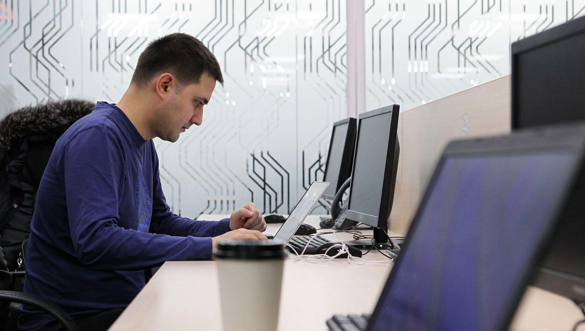 Мужчина в кабинете бизнес-инкубатора в технопарке в сфере высоких технологий ИТ-парк в Казани - Sputnik Южная Осетия, 1920, 24.06.2021