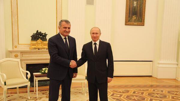 Президент РФ В. Путин встретился с президентом Южной Осетии А. Бибиловым - Sputnik Южная Осетия