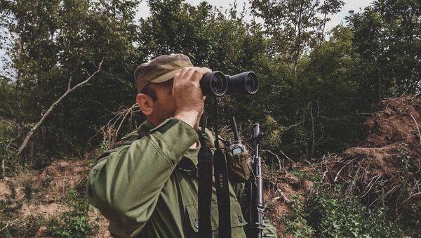 Сотрудник Погранслужбы КГБ Южной Осетии на посту у села Цнелис - Sputnik Южная Осетия