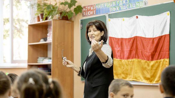 Игра среди учеников гимназии Альбион, приуроченная ко дню государственного флага республики Южная Осетия - Sputnik Южная Осетия