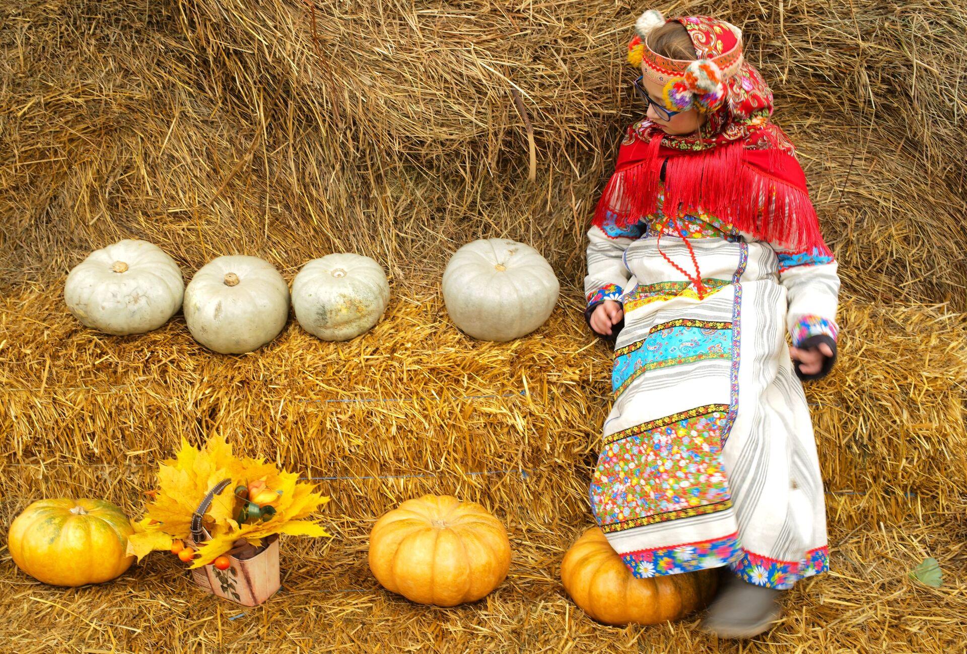 Девочка на закрытии фестиваля Золотая осень на Красной площади - Sputnik Южная Осетия, 1920, 26.10.2021